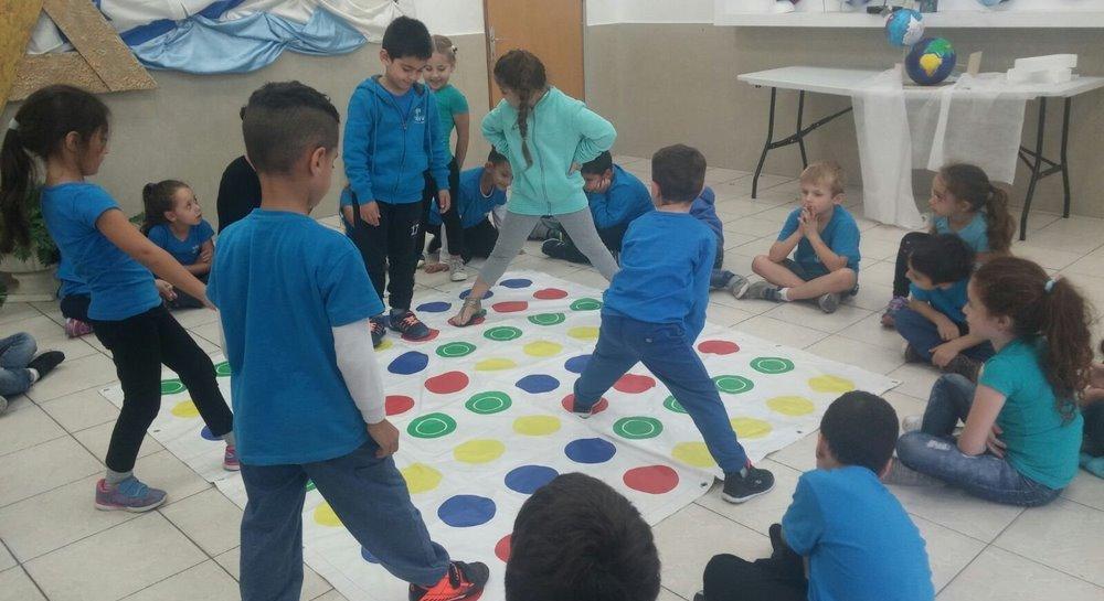 ילדים משחקים במשחקי רצפה