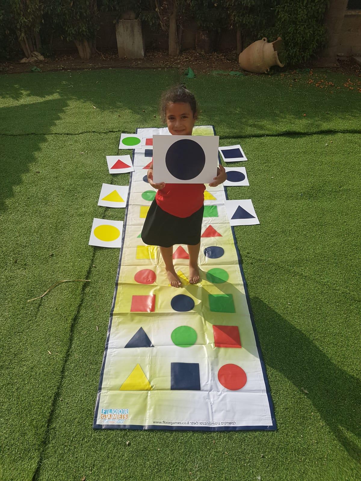 ילדה משחקת